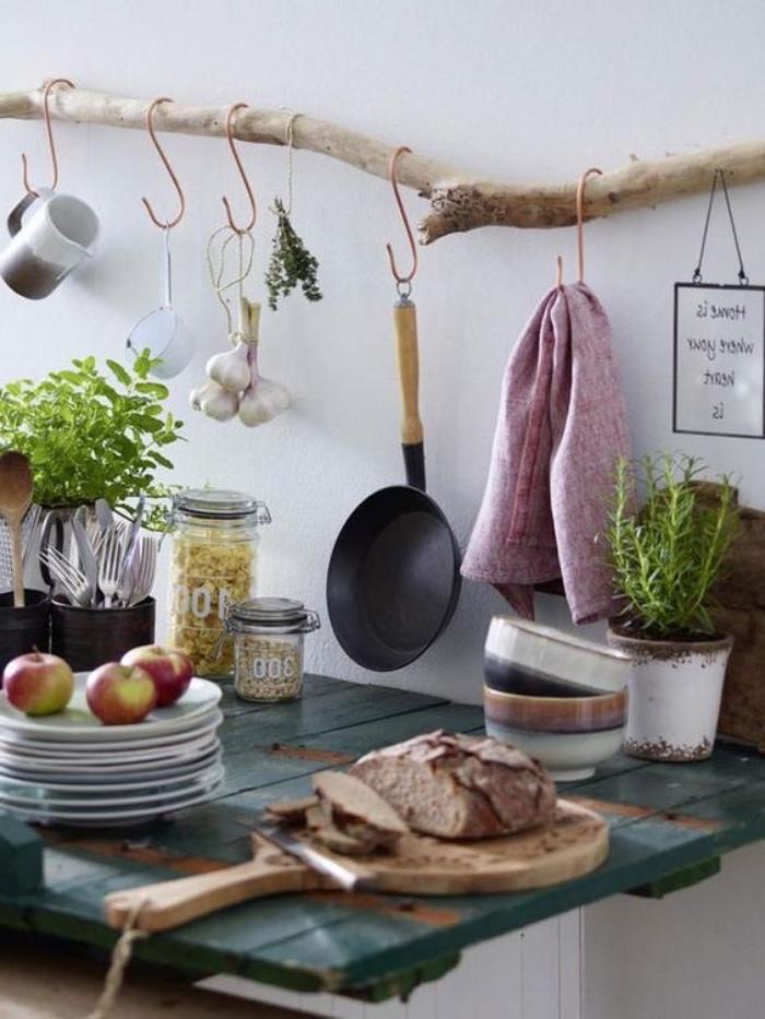 diy rangement ustensiles de cuisine en bois flotté, table rustique en bois usé, ustensiles vintage, idée deco campagne chic