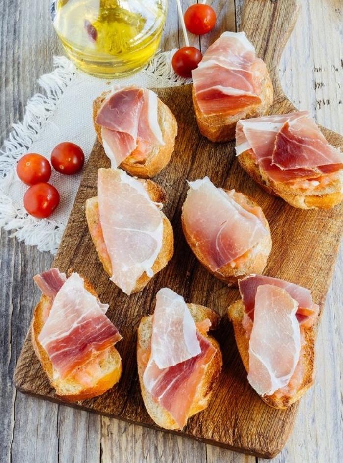 toast pain grillé avec des tranches de jambon à déguster avec des tomates cerise, idée de recette de tapas
