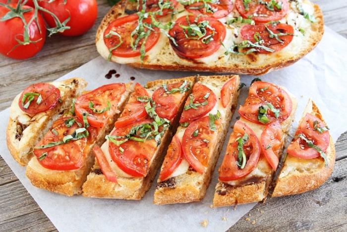 comment faire des tapas, du pain tartiné de beurre avec du fromage de chèvre dessus, tomates et basilic, recette entre amis