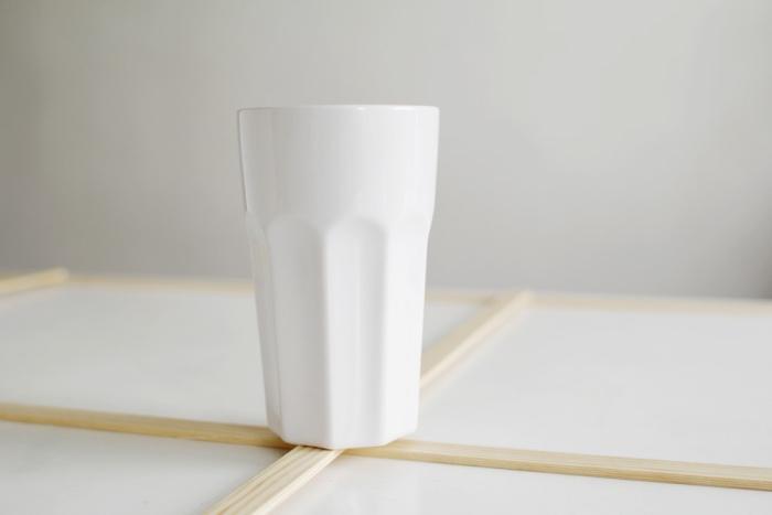 du pois lourd pour faire adhérer les lattes en bois clair, idée astuce rangement facile à fabriquer, organisateur vêtements, accessoires, décorations