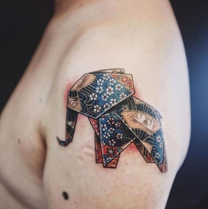 un tatouage géométrique à l épaule représentant un éléphant origami à motifs hindoux