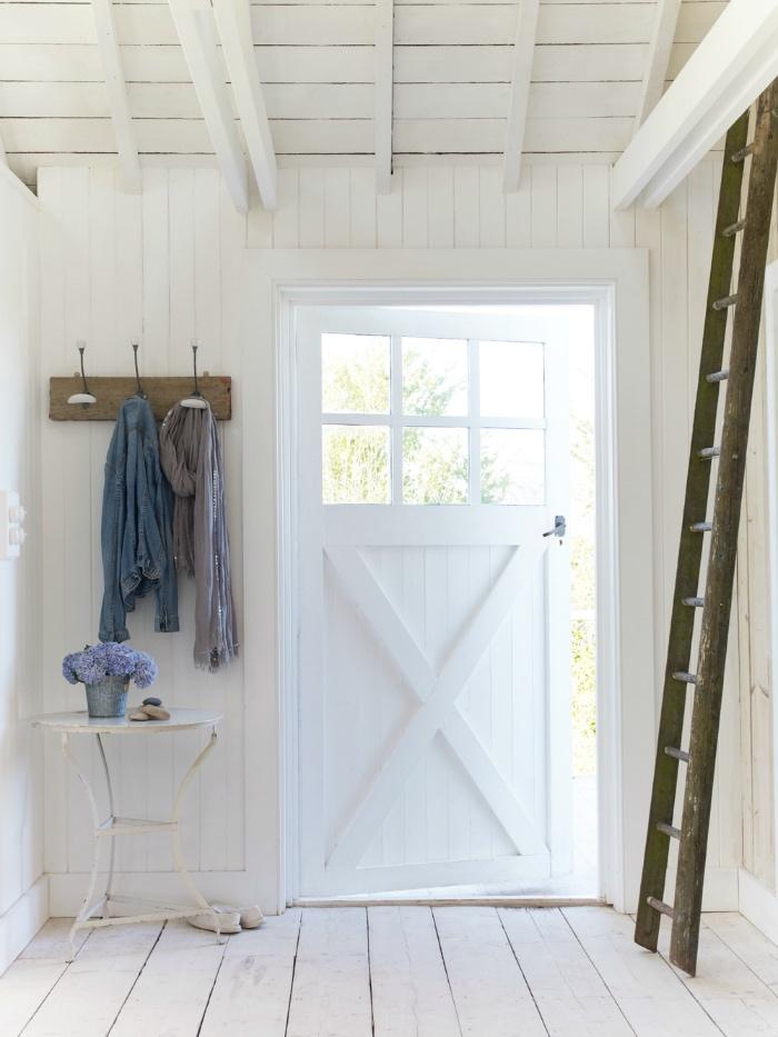 décoration shabby chic, hall entrée maison blanche, table d appoint blanche, patère en bois brut, échelle en bois brut, parquet blanchi