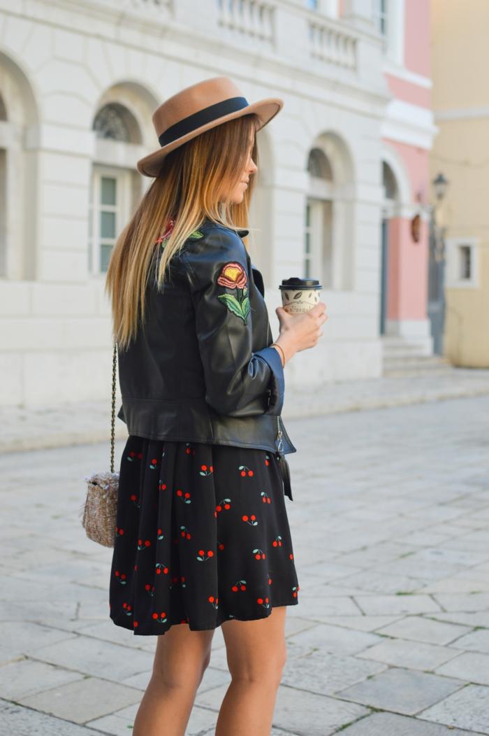 Femme bien habillée tenue classe pour femme ronde beauté veste cuir noir cool robe noire avec cerises