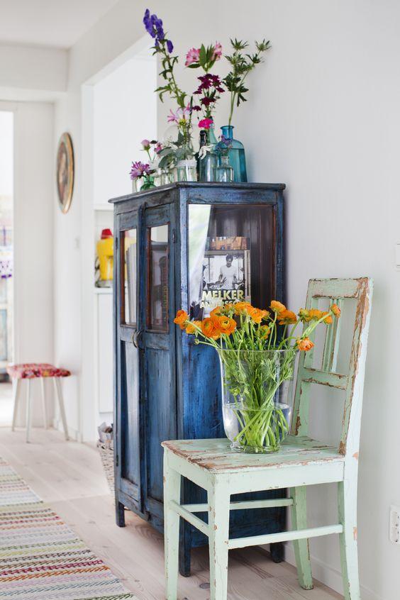 exemple d armoire et chaise patinée, decoration florale, style shabbu choc campagne, tapis muticolore, mur couleur blanche