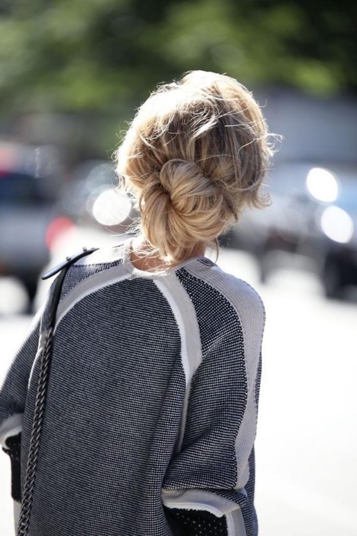 chignon décoiffé bas sur de longs cheveux blond, mèches rebelles, aspect décoiffé, look femme professionnel