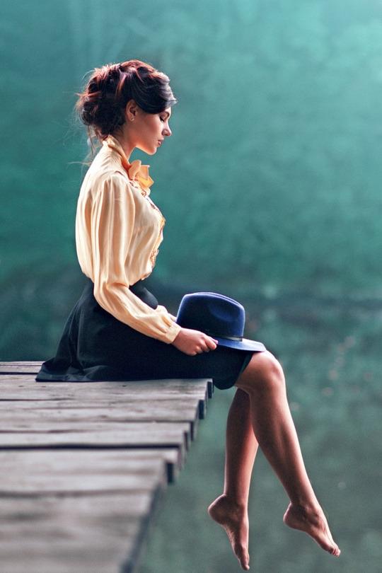 chignon flou élégant, cheveux ramenés de derrière, idée de coiffure effet décoiffé, jeune femme tenue retro chic
