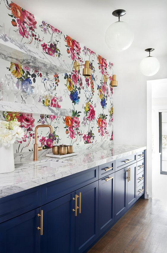 façade cuisine bleu marine avec plan de travail en marbre, papier peint motifs floraux mutlicolores, déco épuré shabby chic