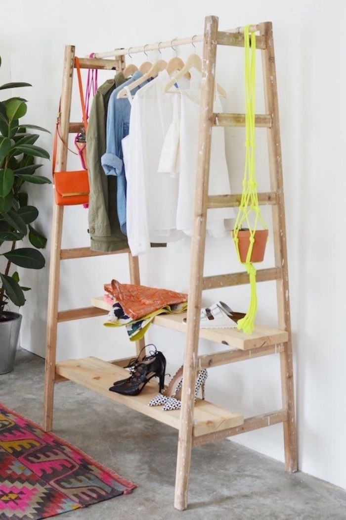 comment fabriquer un dressing en échelles de bois et planche de rangement chaussures, idée diy rangement en bois pour vêtements et accessoires