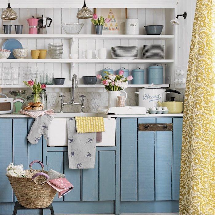 façade cuisine bleu pastel, étagère blanche et crédence et vaisselle blanche et pastel vintage, bouquets de fleurs fraiches, panier de rangement