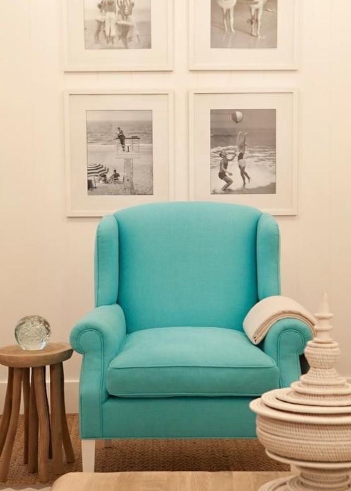 idée accent point focal dans un salon blanc, beige et marron, table basse en bois, deco murale de cadres photos en noir et blanc, canapé couleur vert d eau