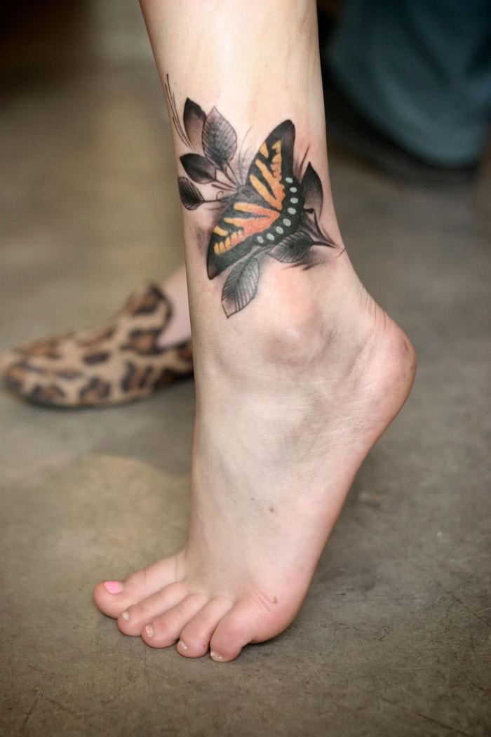 tatouage symbolique, dessin papillon monarque sur la jambe, idée tatouage pour femme
