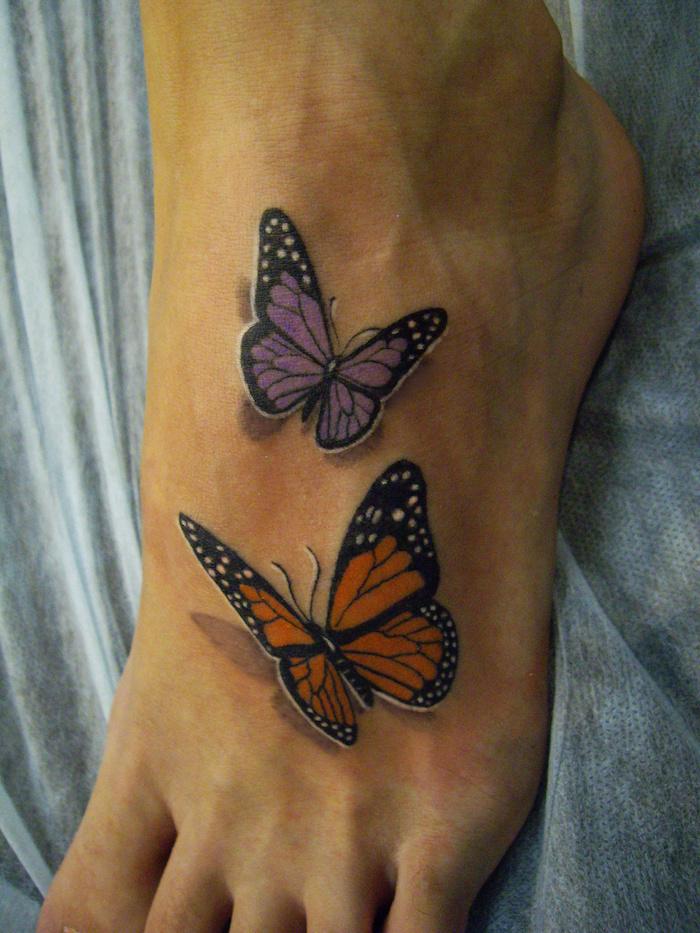 tatouage papillon 3d, dessin papillon en violet et orange, tatouage pied pour femme