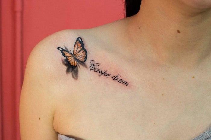 tatouage couleur, dessin sur la peau à design papillon 3d avec mots inspirants, vivre pour l'instant tatouage
