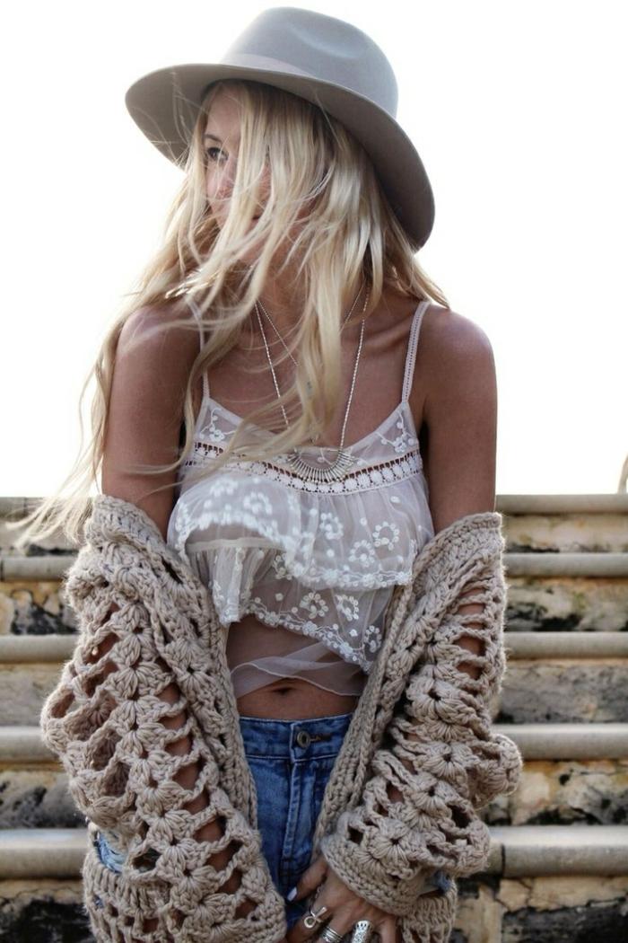 Look baba chic look hippie années 70 hippie religion hit hippie vetement jean short top blanc dentelle