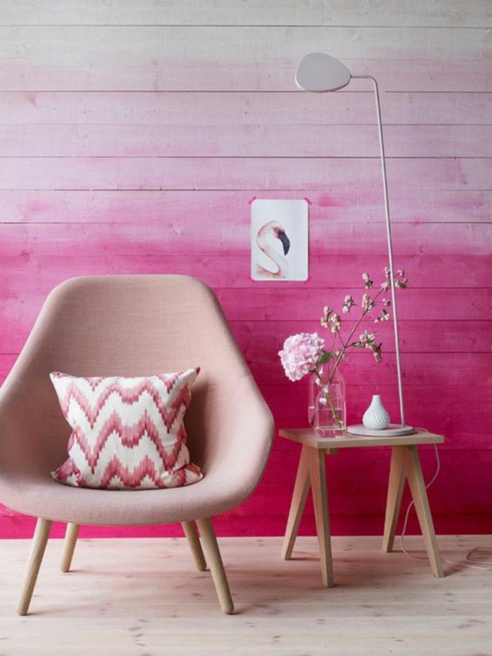 fuchsia couleur avec fauteuil en rose pale et mur en bois clair peint en fuchsia