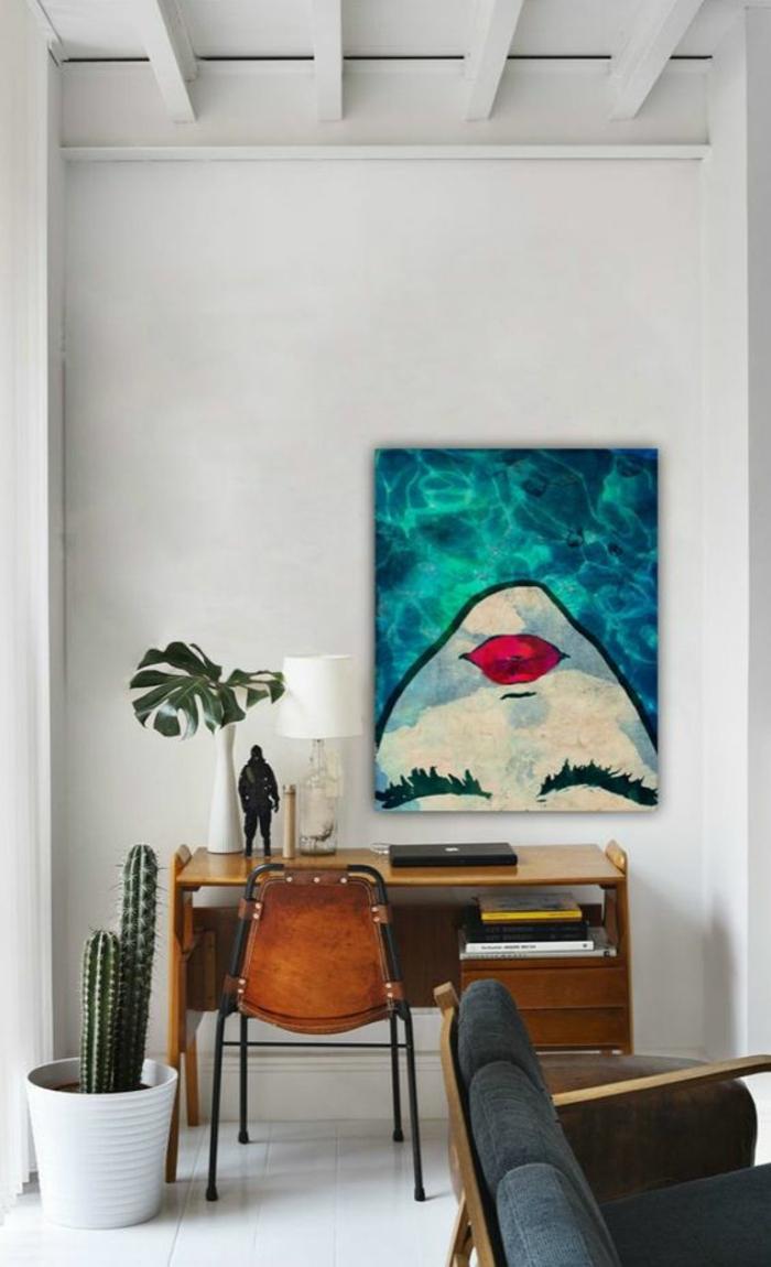 couleur fuchsia comme touche de couleur sur un grand tableau au mur en blanc dans le bureau a la maison