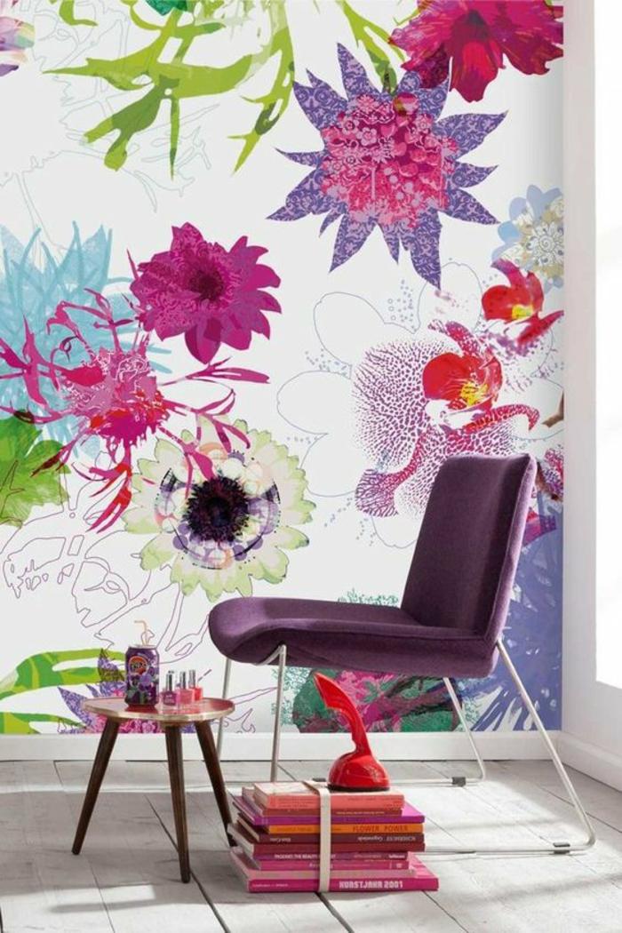 rose fushia mur deco fleuri grandes fleurs en couleurs pimpantes chaise violette et petit tabouret a trois pieds