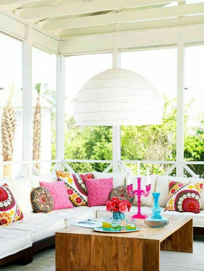 fuchsia couleur dans une terrasse couverte avec couleur prncipale le blanc et des touches de couleurs vives comme le fuchsia