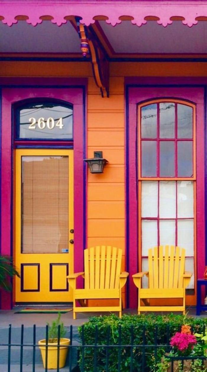 fuchsia couleur sur la facade d une maison en Amerique style hispano combinaison avec du jaune
