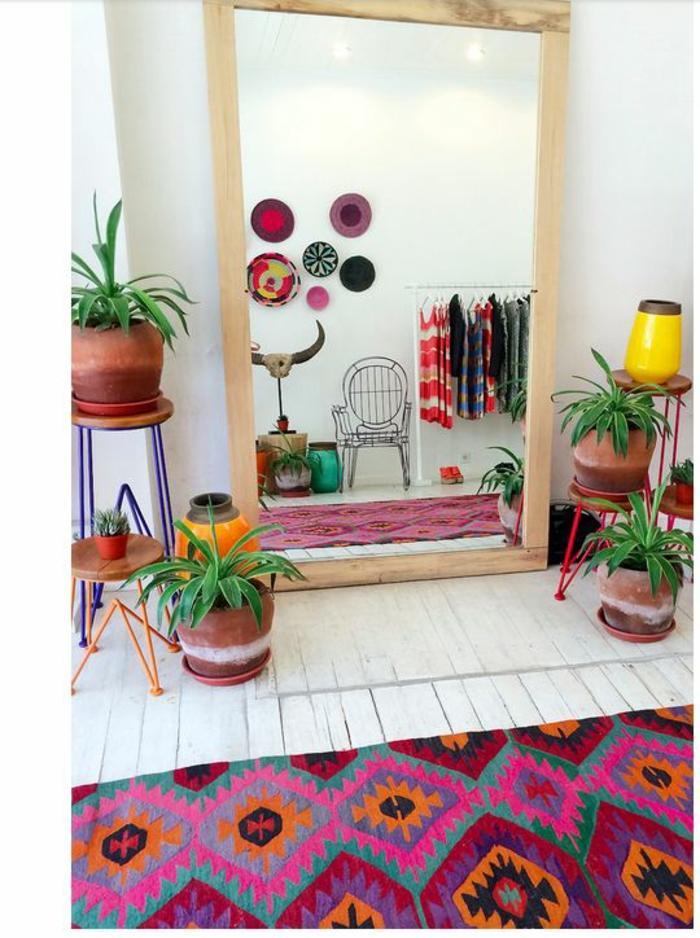 couleur magenta dans une piece haute en couleurs avec un tapis qui reprend toutes les couleurs dans la piece