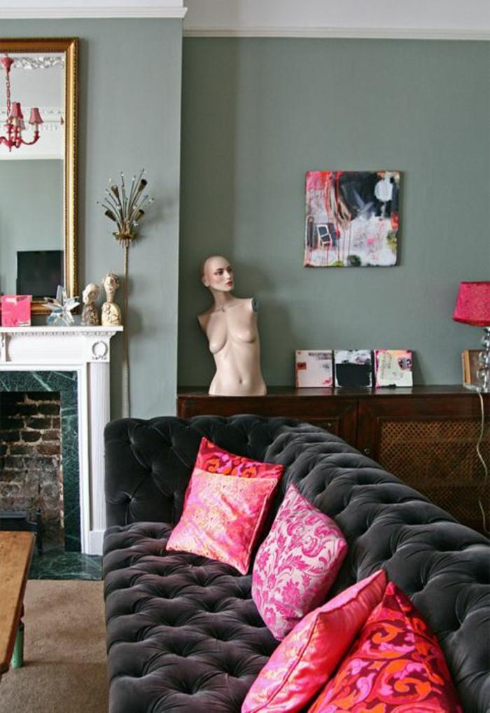 magenta fuschia dans un salon en couleur gris fumee avec des coussins fuchsia aux motifs arabesques