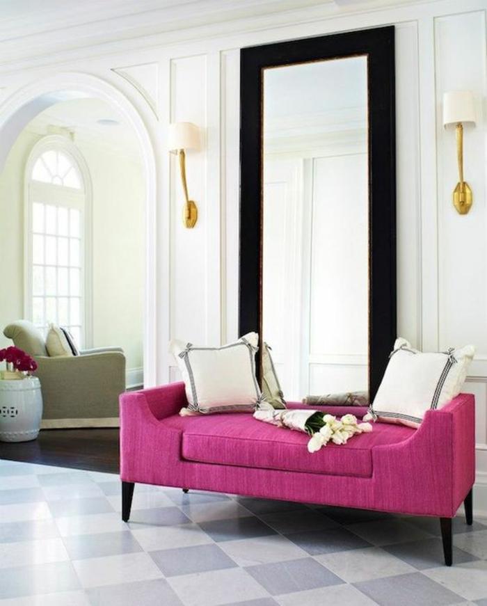 fuchia dans un salon de style classique minimaliste avec un grand miroir haut et des appliques aux abats-jour blancs