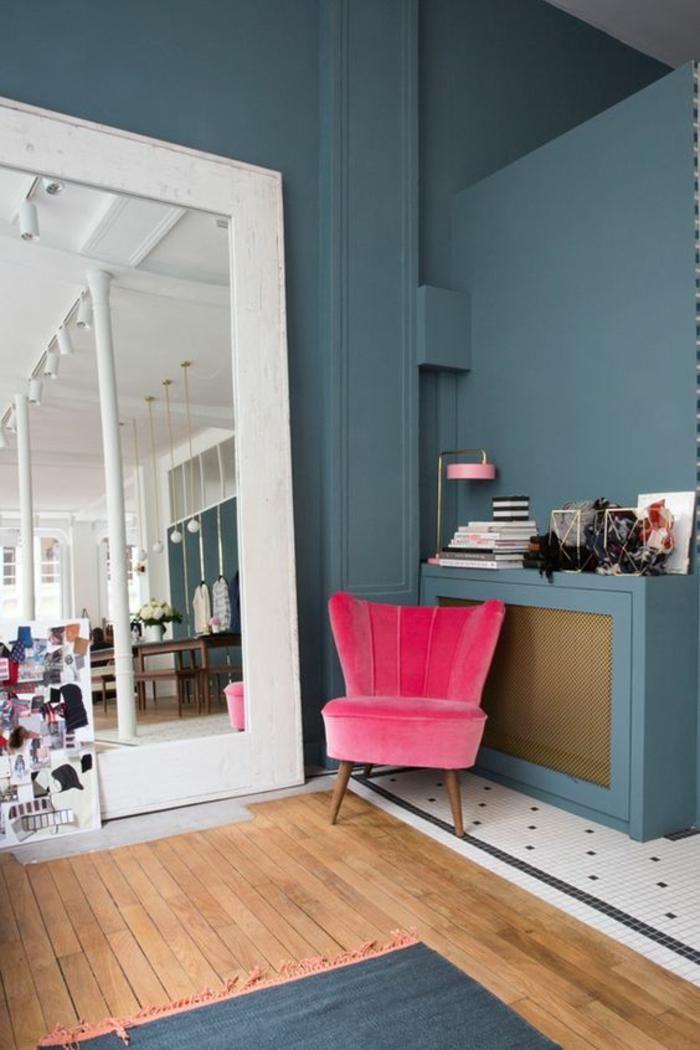 rose fushia dans un salon en gris et blanc un fauteuil fuchsi comme touche deco