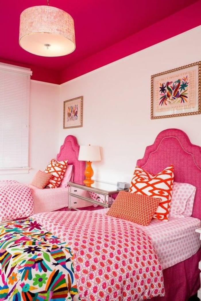 couleur fuchsia au plafond fuchsia et aux tetes de lits en fuchsia avec des tableaux qui combinent cette couleur