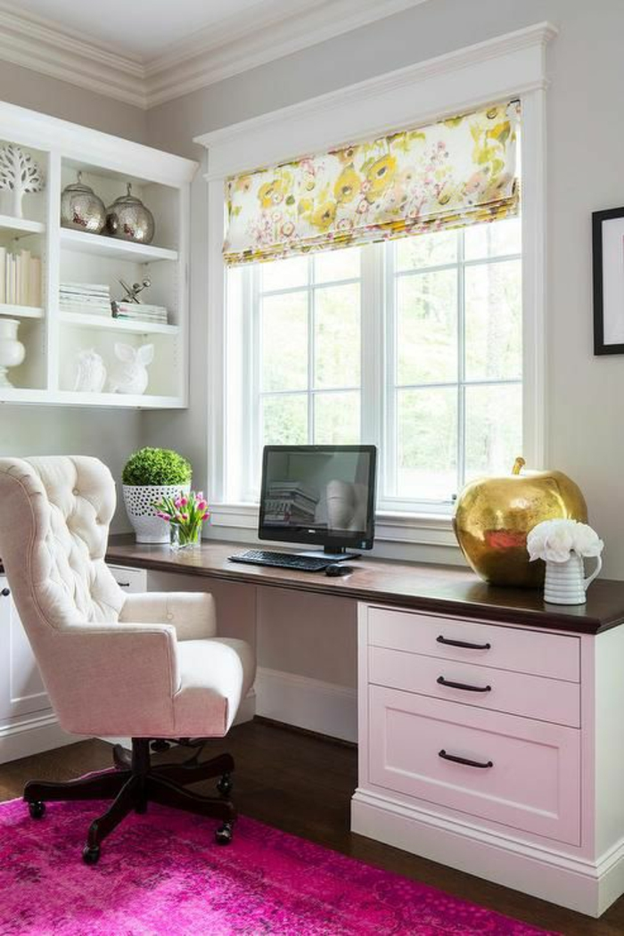 rose fushia pour le tapis dans ce bureau a la maison en meubles en blanc et noir