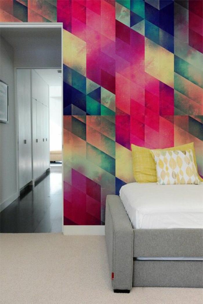fuchsia couleur sur les murs d un salon combinee avec d autres couleurs chaudes et avec du jaune moutarde