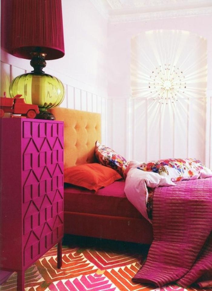 magenta color dans une chambre parentale avec des meubles en fuchsia et une tete de lit en orange