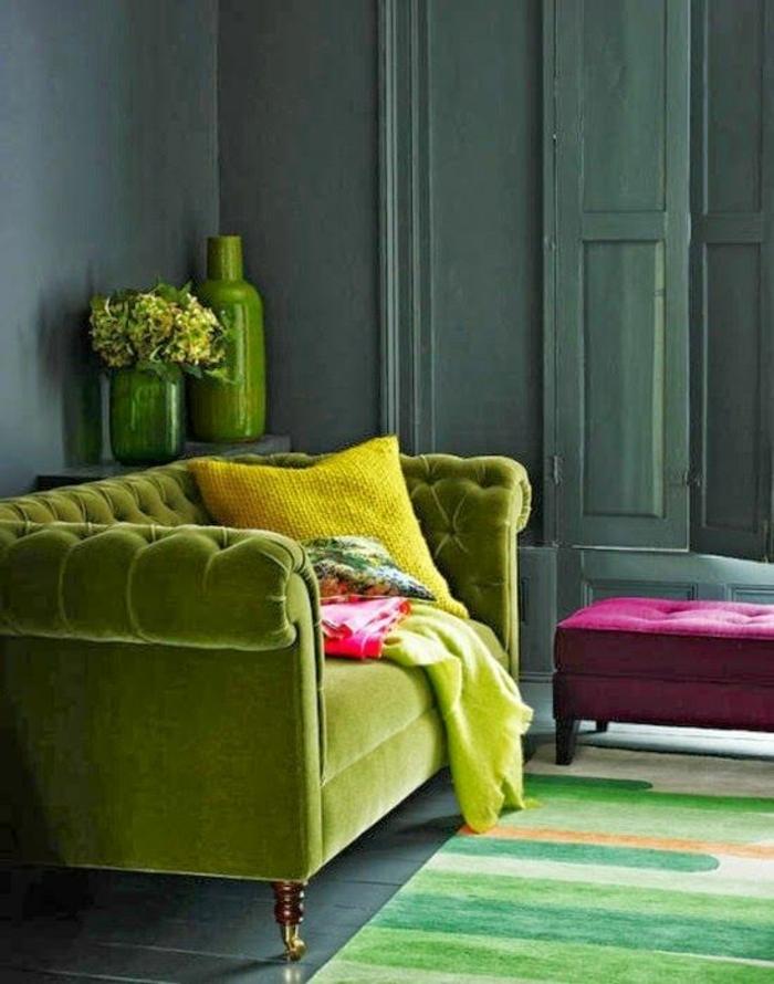 rose fushia avec du vert citron comme petit meuble supplementaire pour les pieds dans un salon style classique