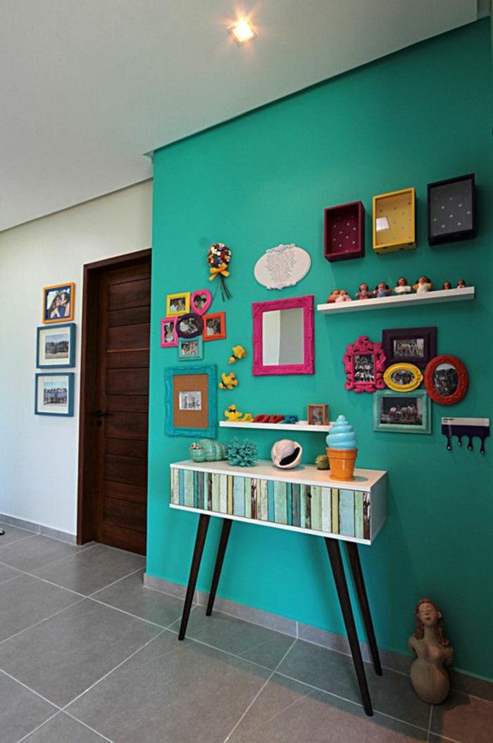 magenta color sur mur en bleu turquoise et sol en gris finition lisse vestibule arty