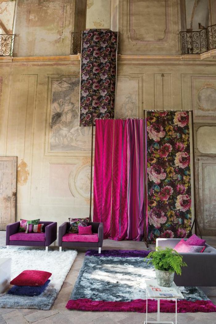 fuchsia couleur style majestueux avec plusieurs panneaux decoratifs aux motifs fleuris