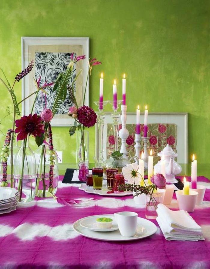 magenta dans une salle a manger sur la table avec des bougies en blanc et fuchsia assorties