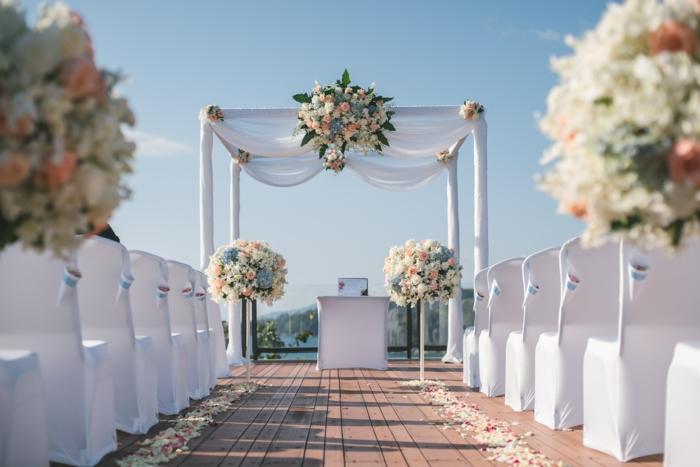 Blanches drapeaux et bouquets de fleur roses blanches arche mariage allée pétales de roses