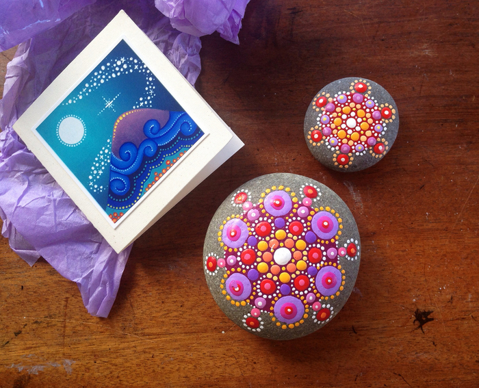 l'art de dessin sur galets par petits points, galets mandala aux nuances de violet