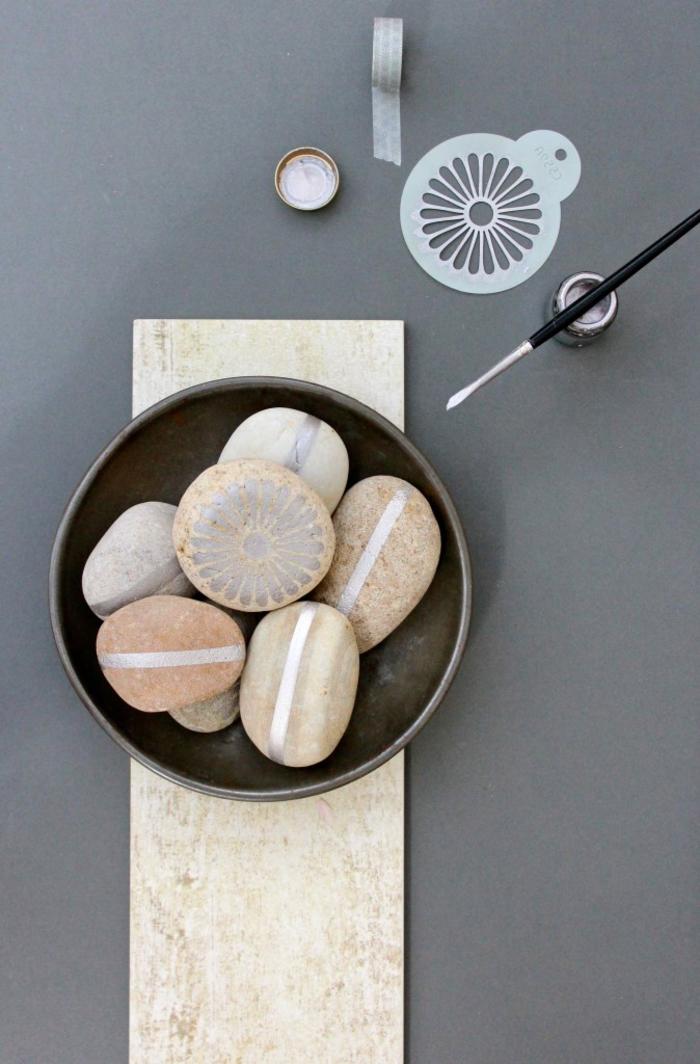 comment réaliser un joli dessin sur galets décoratifs, des pierres décorés qui remplacent les pions griffés traditionnel s
