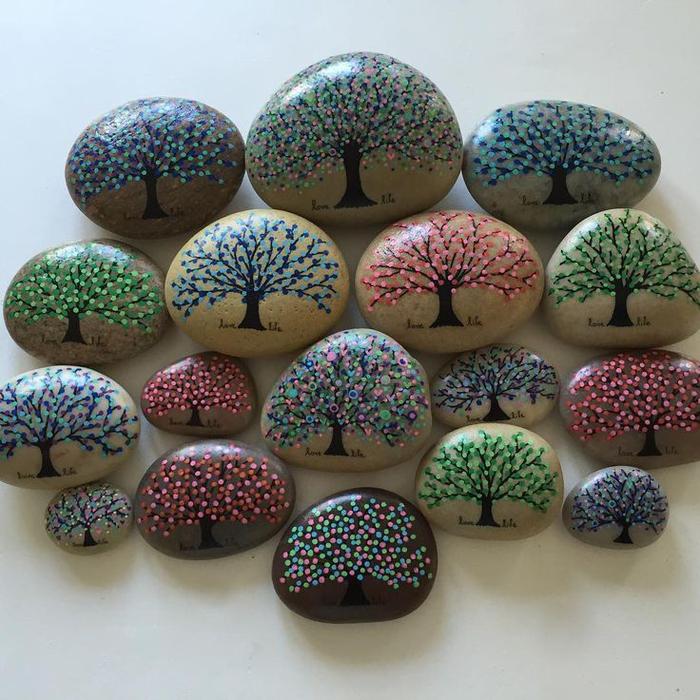 une activité manuelle adulte qui stimule la créativité, peinture sur galet lisse de plage, joli dessin de mini-arbre