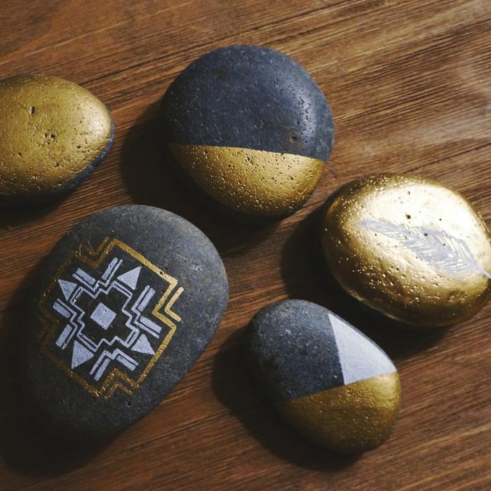 dessiner des motifs ethniques sur les galets pour créer un design original très en vogue