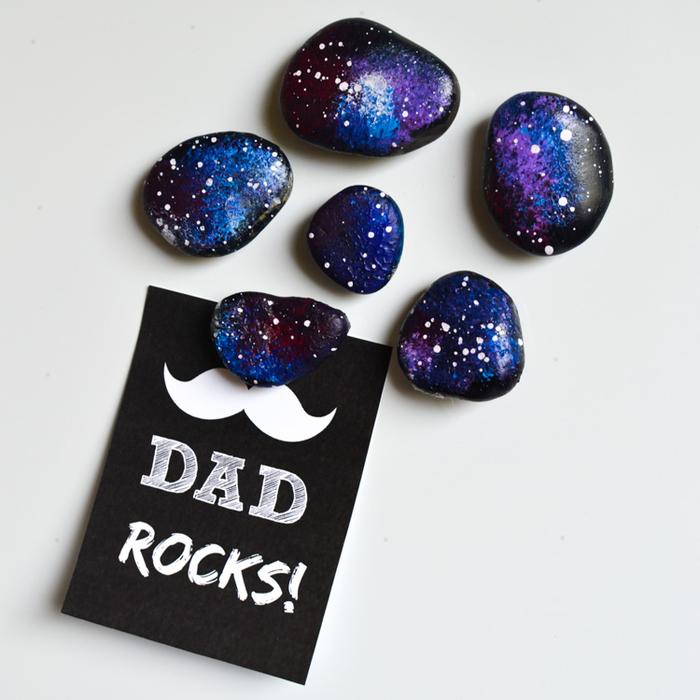 des galets peints aimantés aux couleurs de la galaxie, idée originale de cadeau pour la fête des pères