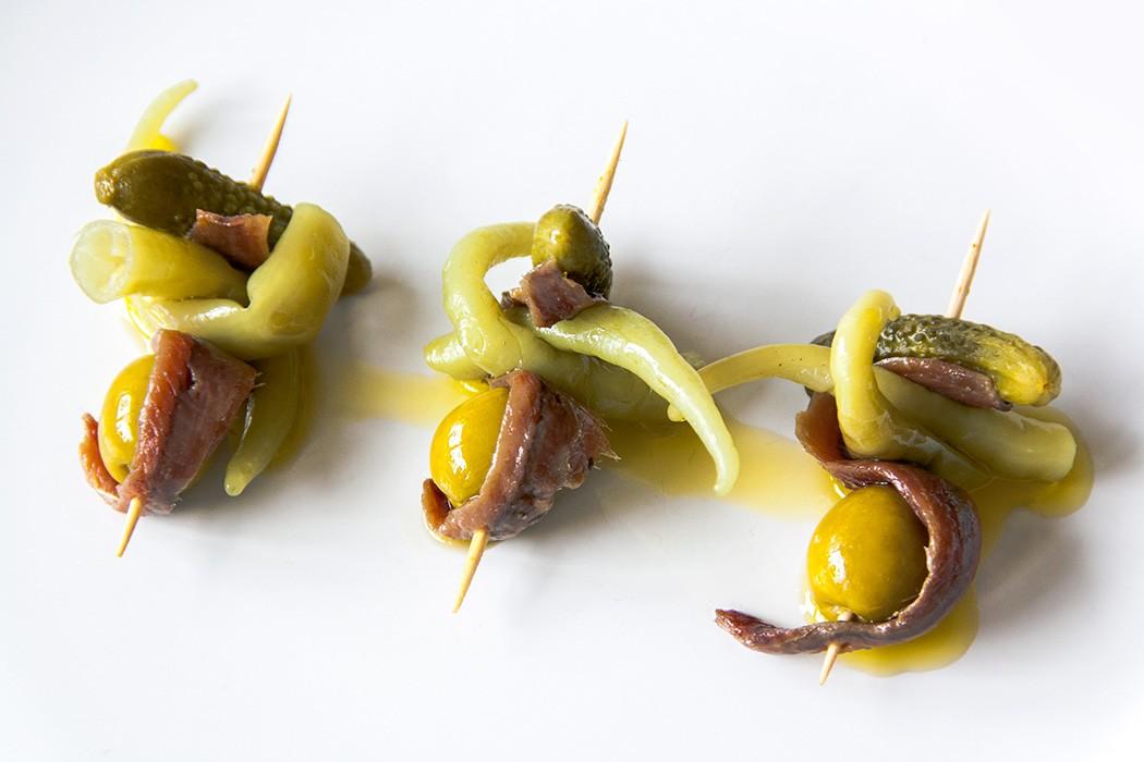 recette de tapas gilda, brochette de cornichons et piments surés, olives, et anchois, idée d apéritif dinatoire simple