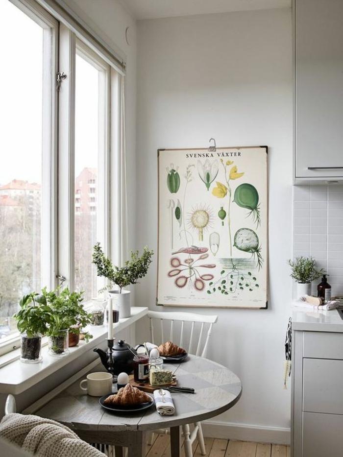 peinture gris perle dans la cuisine avec table en forme de semi rond grandes fenetres lumineuses