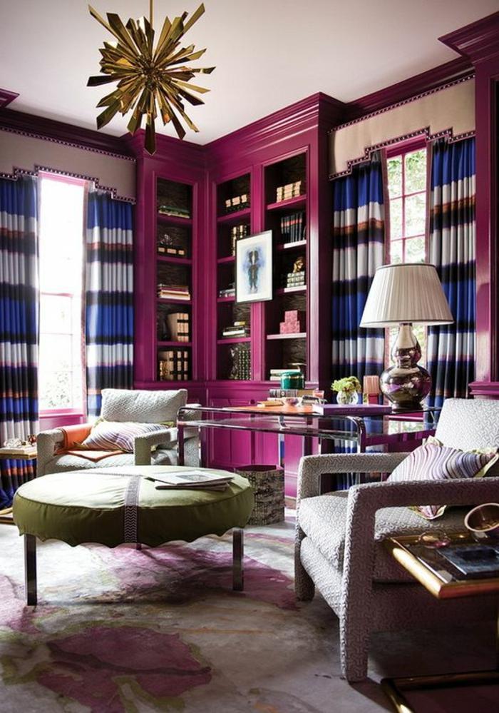 meuble bibliothèque couleur aubergine, fauteuils gris, plafonnier original couleur dorée