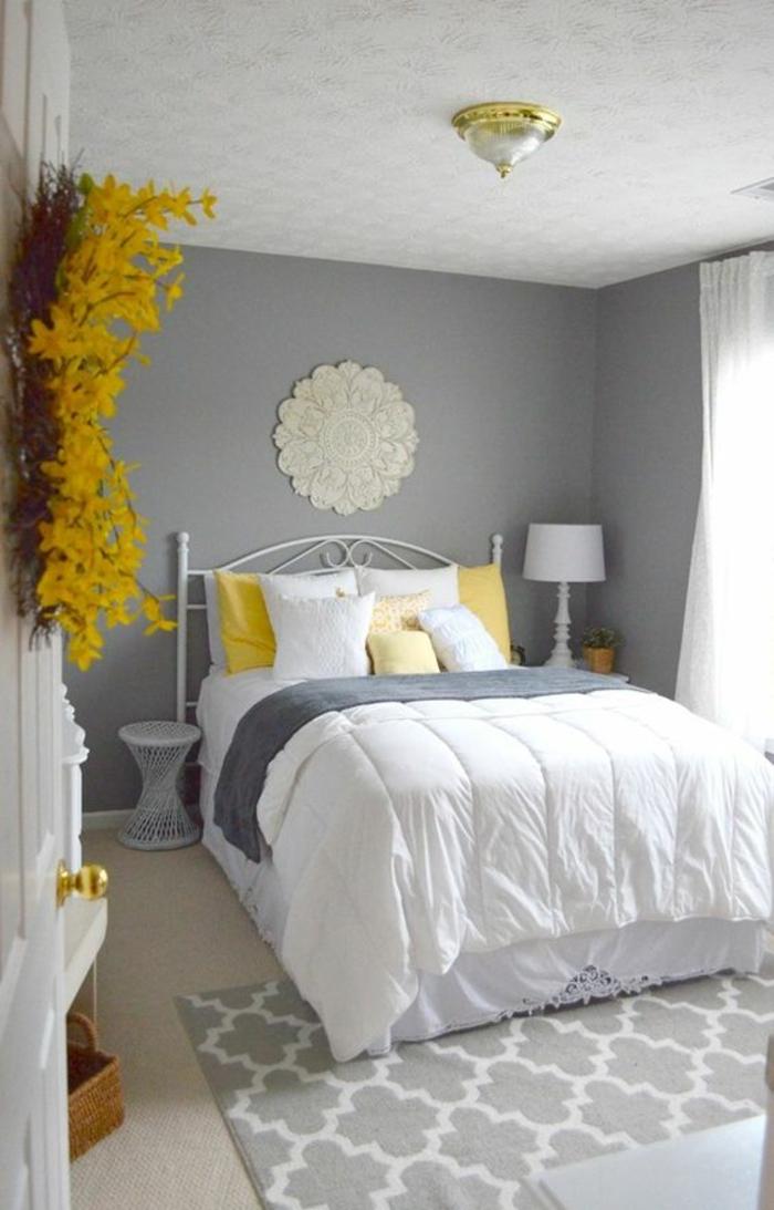 peinture gris perle chambre style romantique avec tapis et plafond aux memes motifs