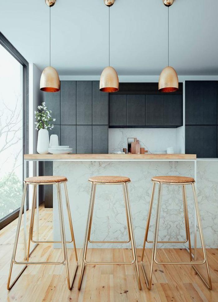 couleur gris perle cuisine avec des meubles gris anthracite et des lampadaires suspendus couleur métallique bronze