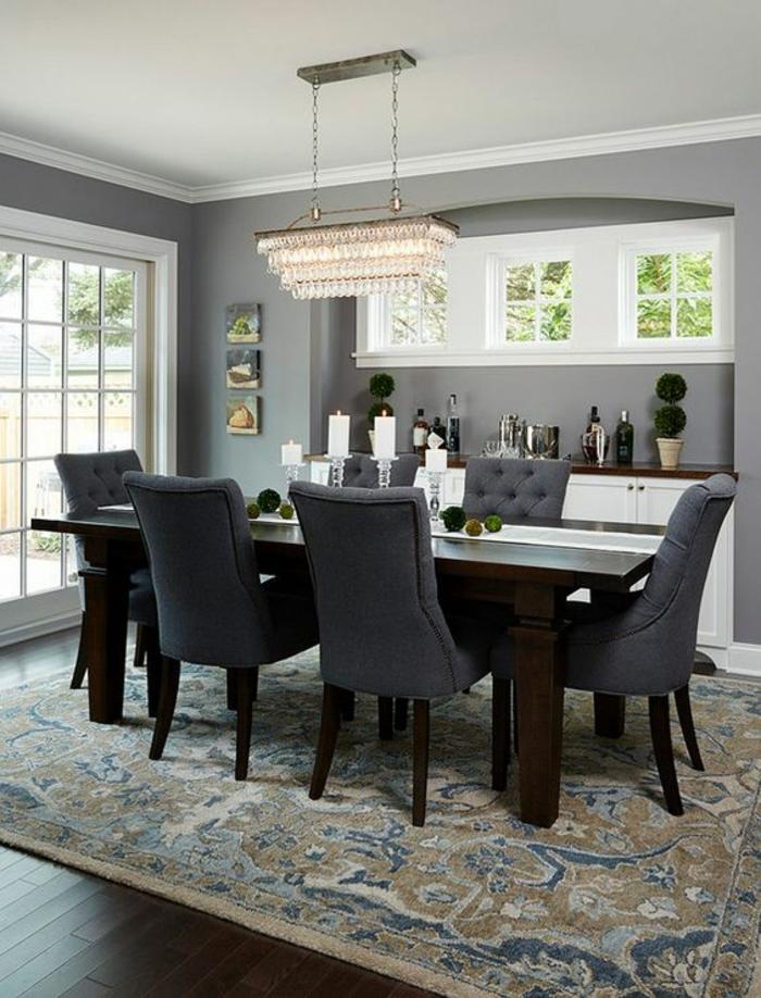association de couleurs avec le gris grande table rectangulaire avec des fauteuils couleur gris fumée