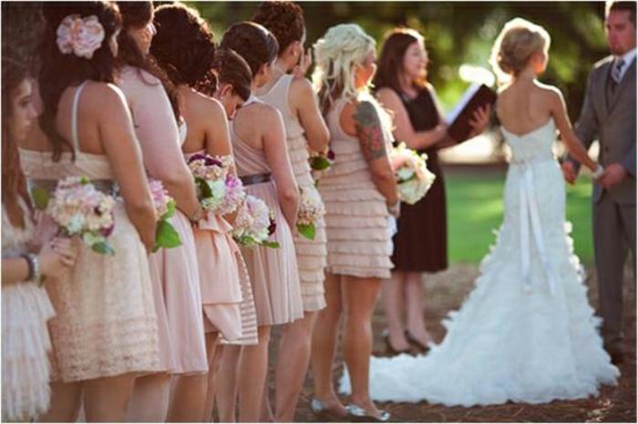 Comment s habiller chic robe élégante mariage amie robe invitée les mariés photo avec les demoiselles d honneur