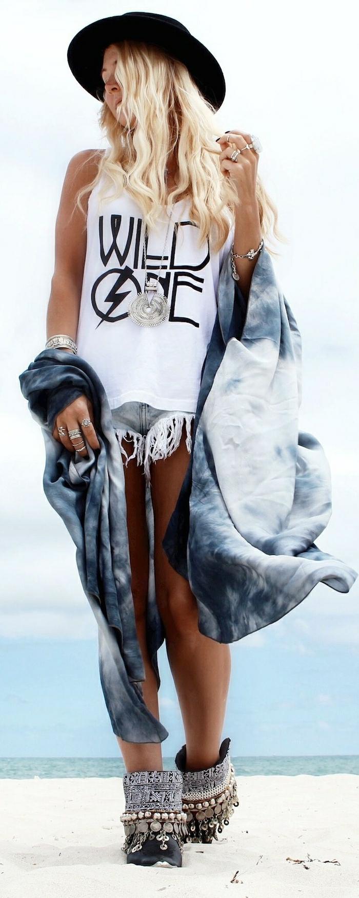 Vetements hippies qu est ce qu un hippie les années peace and love bottes été plage tenue jean short tee shirt tenue hippie
