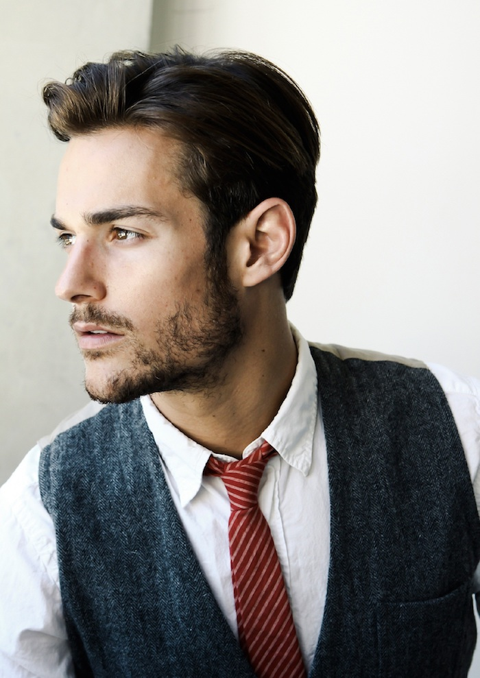 coiffure homme tendance, chemise blanche avec cravate rouge et blazer noir sans manches, coupe courte homme